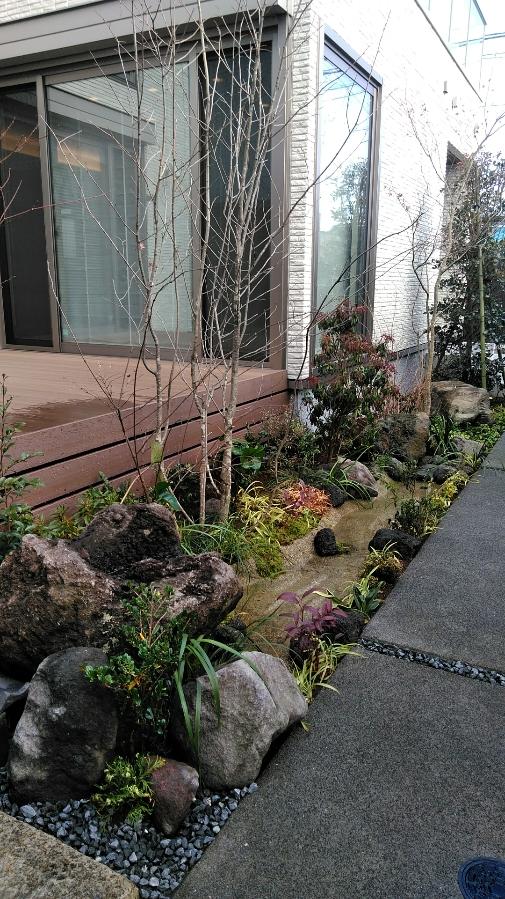 溶岩石水鉢のある庭